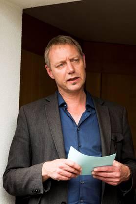 Stephan Müller, Fachbereichsleiter Unterbringung und Betreuung Asylwesen, gibt den Medienschaffenden Auskunft über das laufende Projekt.