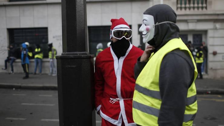 Weihnachtsmann und Gelbweste demonstrieren gemeinsam in Paris.