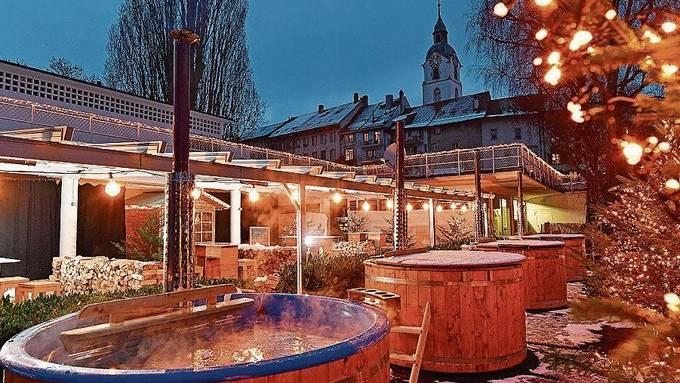 Weihnachtsatmosphäre statt Sommerfeeling: Das verwandelte Badi-Restaurant Palmaares mit den vier Hotpots.