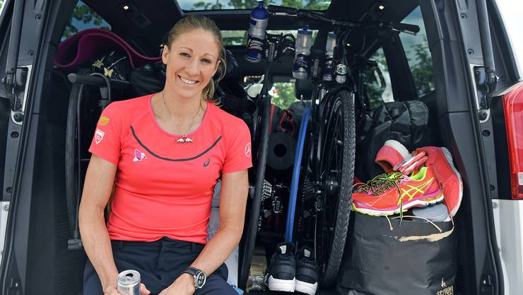 Die dreifache Ironman Weltmeisterin von Hawaii, Daniela Ryf mit vollgepacktem Auto vor ihrer Abreise nach St. Moritz.