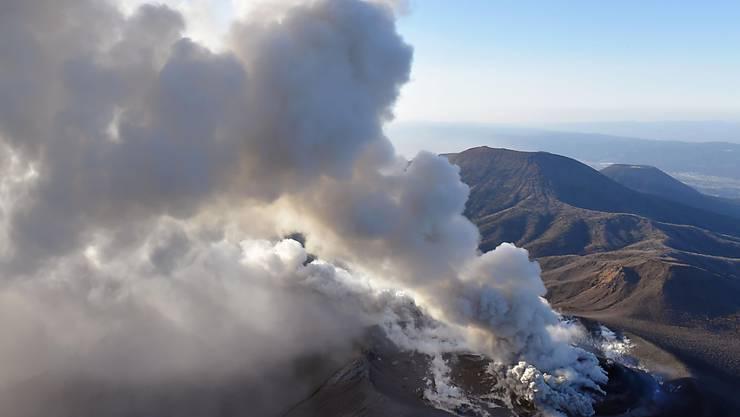 Der japanische Vulkan Shinmoedake ist nach jahrelanger Ruhe erwacht.