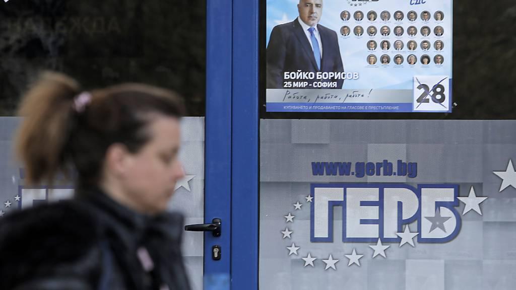 ARCHIV - Eine Frau geht an einem Plakat vorbei, das den bulgarischen Premierminister Borissow zeigt. Foto: Valentina Petrova/AP/dpa