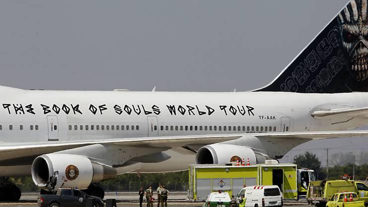 Sicherheitskräfte kümmern sich auf dem Flughafen von Santiago de Chile um den beschädigten Jumbo Jet der Band Iron Maiden. (Archivbild)