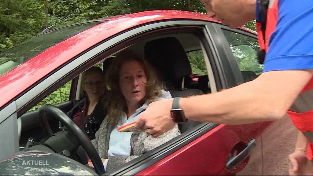 Polizei hält Autofahrer an und beschenkt sie