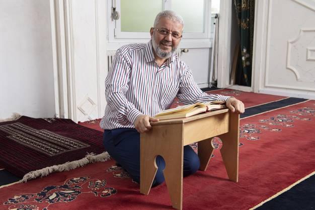 Ersin Tan, Präsident der Islamischen Gemeinschaft Dietikon, hält das Freitagsgebet nicht nur auf Türkisch und Arabisch, sondern auch auf Deutsch. So würde auch die jüngere Generation der Muslime die Predigt verstehen, sagt er.