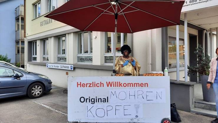 Heiss diskutiert: Ein Mann verkaufte am Donnerstag Dubler-«Mohrenköpfe» in Rorschach.
