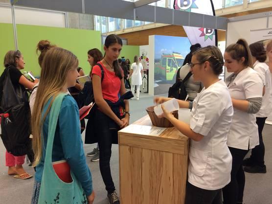 Besucherinnen und Besucher können praxisnahe Tätigkeiten ausprobieren und mit jungen Berufsleuten in Kontakt treten.