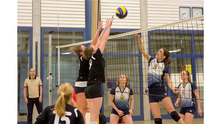Ein guter Block ist das A und O im Volley. Hier blocken Murielle Delley (Nr. 7) und Claudia Stocker (Nr. 9) gegen  Sybille Jucker (Nr. 8).