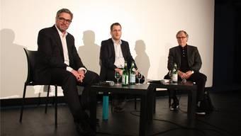 Drei gebürtige Wynentaler im Gespräch: Peter Fischer von der Fischer Reinach AG (li.) und Autor Klaus Merz (re.) diskutierten im TaB mit Moderator Maurice Velati, Leiter des Regionaljournals AG/SO, über Chancen und Risiken im Tal.