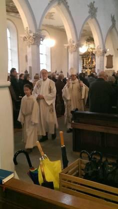 Auszug aus der Kirche Bischof Gmür und Pfarrer Ruf.