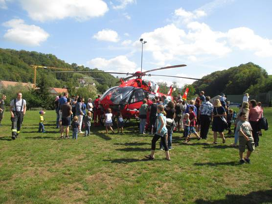 Der REGA-Helikopter zog alle Blicke auf sich.