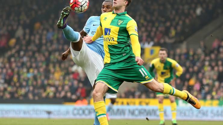 Duell auf Augenhöhe: Norwich City (Bamford, rechts) hielt Manchester City (Fernandinho) in Schach
