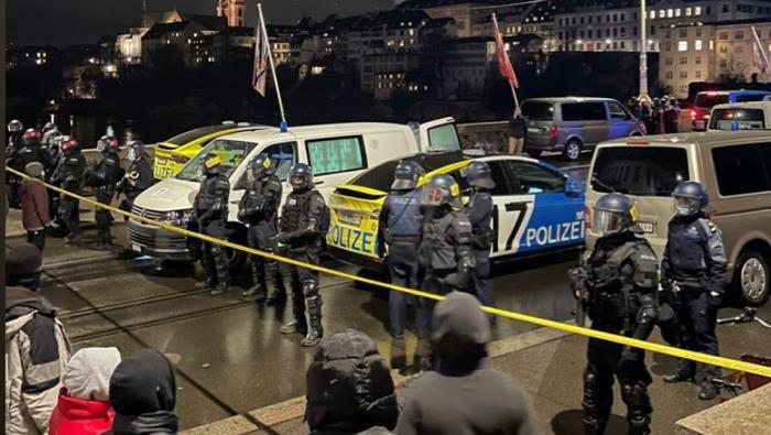 Die Kantonspolizei kesselte die Demonstranten auf der Mittleren Brücke ein und führte Personenkontrollen durch.