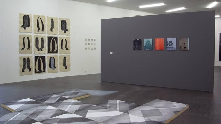 Blick in die «Impression» 2015 im Kunsthaus Grenchen. Am Boden «Prêt-à-porter»-Platten von Maja Rieder.