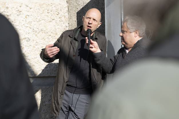 Der in Wettingen geborene Künstler Eric Hattan (links) im Gespräch mit dem Ennetbadener Journalisten Urs Tremp.
