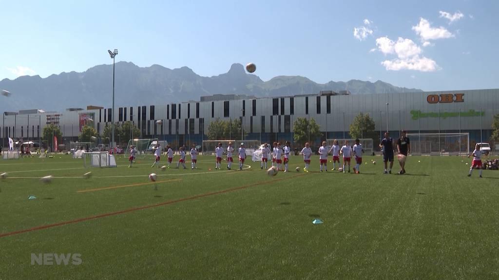 Vollgas trotz Hitze: Kinder trainieren mit Vorbildern des FC Thun