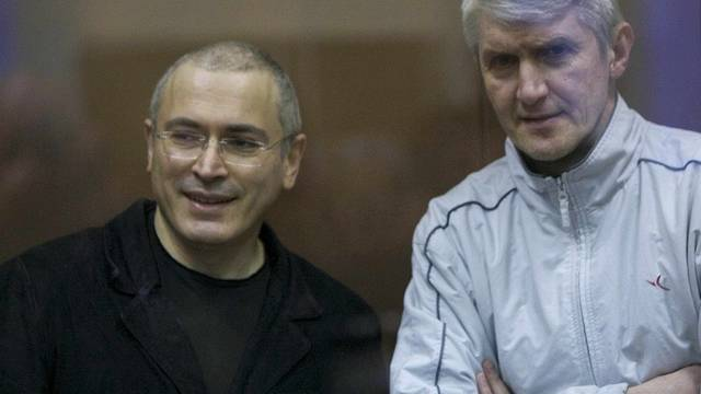 Chodorkowski und Lebedew (r.) sollen Gewinne illegal eingesteckt haben