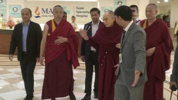 Der Dalai Lama (4.v.l.) verlässt nach dreitägiger Behandlung das Spital in Neu Delhi.