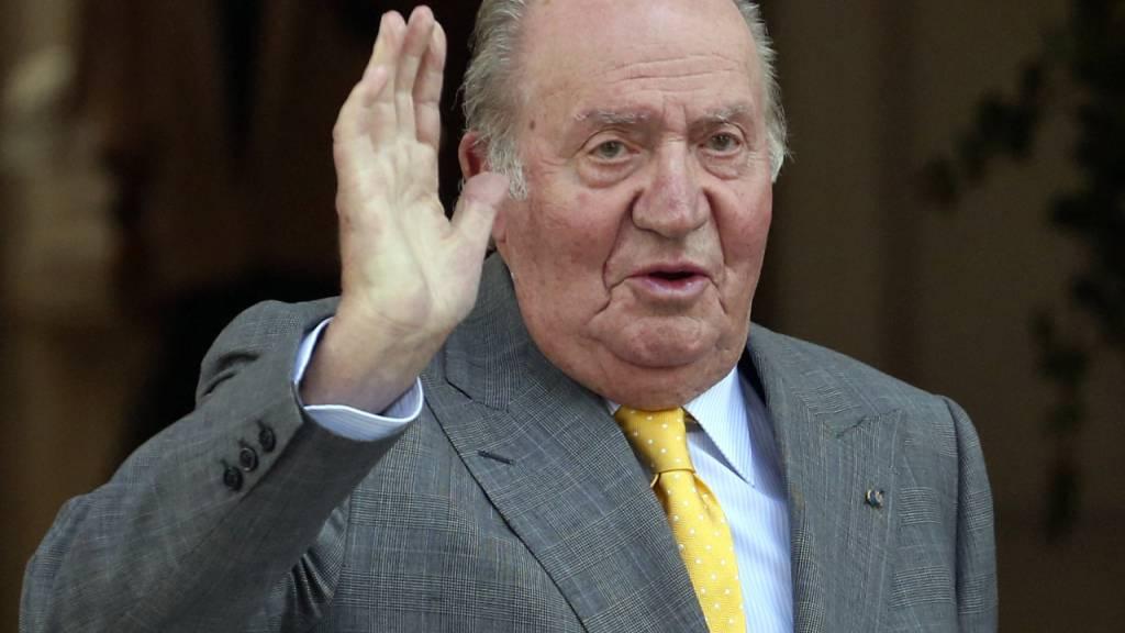 ARCHIV - Juan Carlos, ehemaliger König von Spanien, winkt bei seiner Ankunft an der Academia Diplomatica von Chile. (zu dpa-Korr «Wo ist Juan Carlos?» - Spaniens Altkönig untergetaucht») Foto: Esteban Felix/AP/dpa