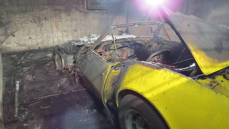 Die gelbe Corvette ist komplett zerstört.