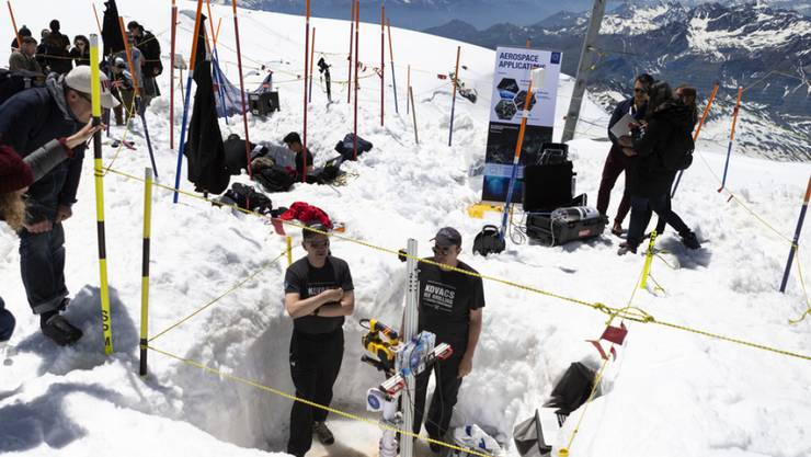 Studierende aus ganz Europa haben für ein Pilotprojekt Elemente für ein Mondhabitat erdacht und nun in einer Eishöhle in Zermatt aufgebaut.
