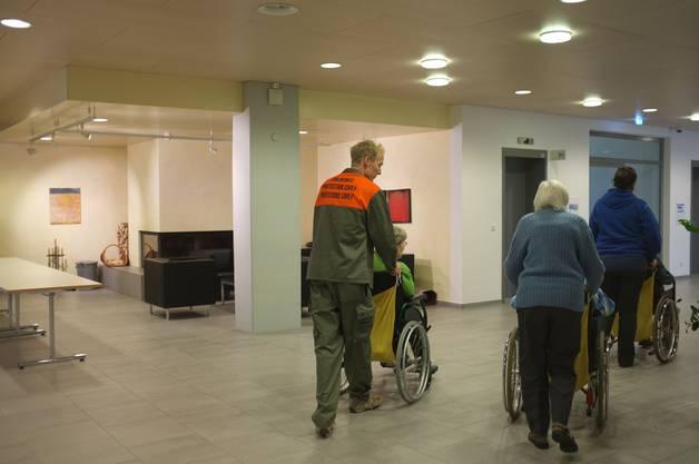  Auf dem Weg zum Wohnbereich.Einige Patienten sind noch recht mobil, für andere geht's nur im Rollstuhl vorwärts.
