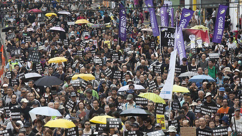 In Hongkong sind tausende Demonstranten gegen die wachsende Einflussnahme Pekings auf die Freiheiten in der autonomen chinesischen Sonderverwaltungsregion auf die Strasse gegangen.