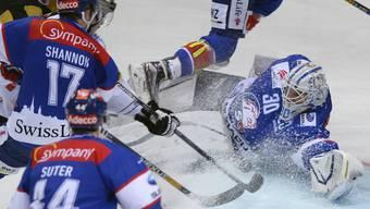 ZSC-Goalie Lukas Flüeler wird zum 1:1 bezwungen und verletzt sich dabei