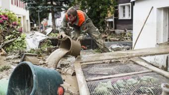 Ein Mann hilft bei Aufräumarbeiten in Altstätten
