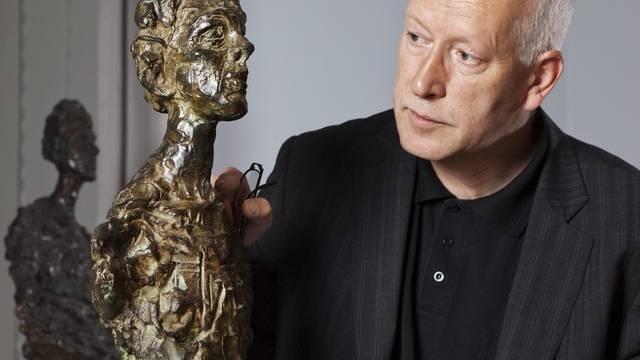 Beat Stutzer betrachtet eine Skulptur Alberto Giacomettis (Archiv)
