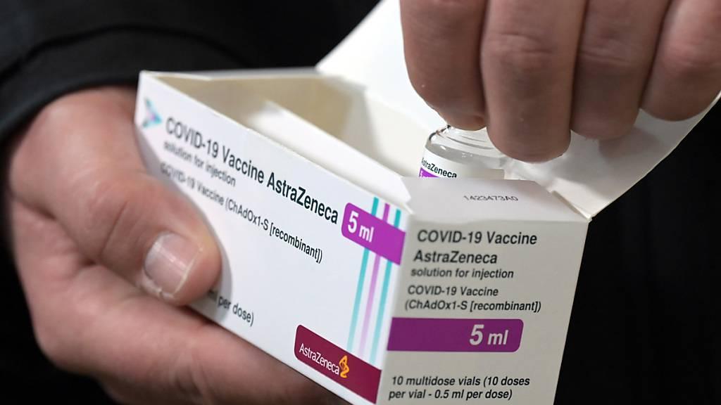 Eine Packung des Corona-Impfstoffs von Astrazeneca. Foto: Soeren Stache/dpa