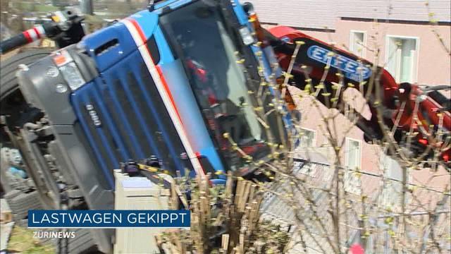 Lastwagenkran kippt in Fällanden auf Wohnhaus