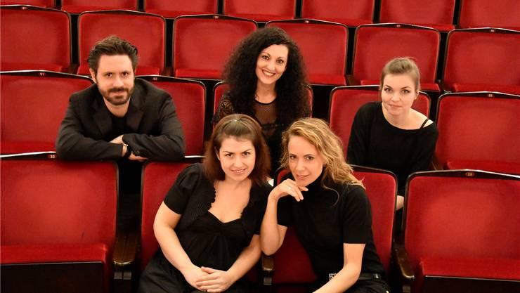 Highlight für Klassikfans, das Kaiser Quintett spielt Schuberts einziges Streichquartett. Oben von links: Massimiliano Martinelli (Cello), Fulvia Mancini (Cello), Janka Szomor-Mekis (Viola, spielt nicht, sie ist hochschwanger, an ihrer Stelle spielt Ryszard Groblewski). Unten von links: Silviya Savova und Daria Zappa (Violinen) . zvg