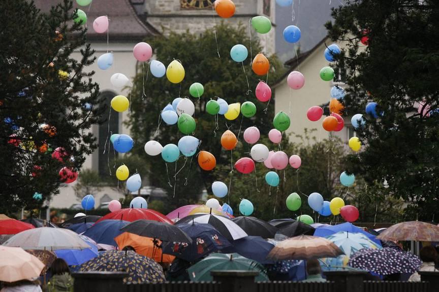 An Ylenias Beerdigung liessen die Trauergäste Ballons steigen. (Archivbild: KEYSTONE/Steffen Schmidt)
