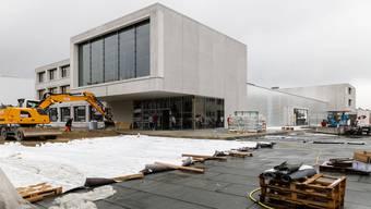Der riesige Neubau Derendingen Mitte – im Vordergrund der Teil für die Fremdmieter Polizei und EWD, in der Mitte die Turnhalle und hinten der Teil für die Schule – ist teilweise bereits in Betrieb genommen worden.