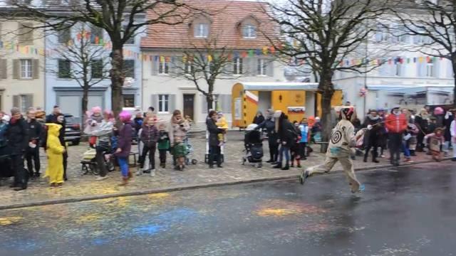 In Klingnaus Gassen kreischen die Kinder: Die «Räbehegel» sind los