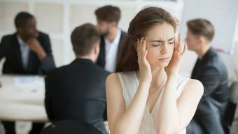 Angestellte können sich in Grossraumbüros schlecht auf die Arbeit konzentrieren. Viele greifen deshalb zu Kopfhörern. (Symbolbild)