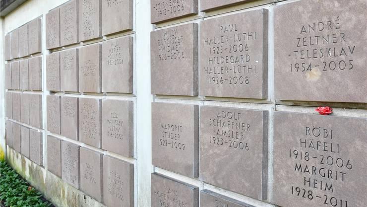 Urnenwand auf dem Friedhof Schönenwerd: Erst die Kombination von Vorname und Familienname ruft die Erinnerung an einen bestimmten Verstorbenen wach.