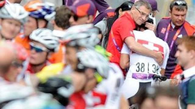 Trost in der totalen Enttäuschung: Der Schweizer Teamarzt Dr. Andreas Gösele nimmt nach der Zieldurchfahrt den weinenden Fabian Cancellara in die Arme. Foto: Jean-Christophe Bott - Keystone