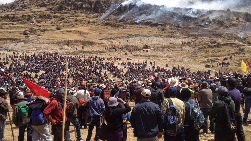 Tödliche Zusammenstösse zwischen Demonstranten und der Polizei in Peru: Auslöser ist der geplante Ausbau einer Mine.