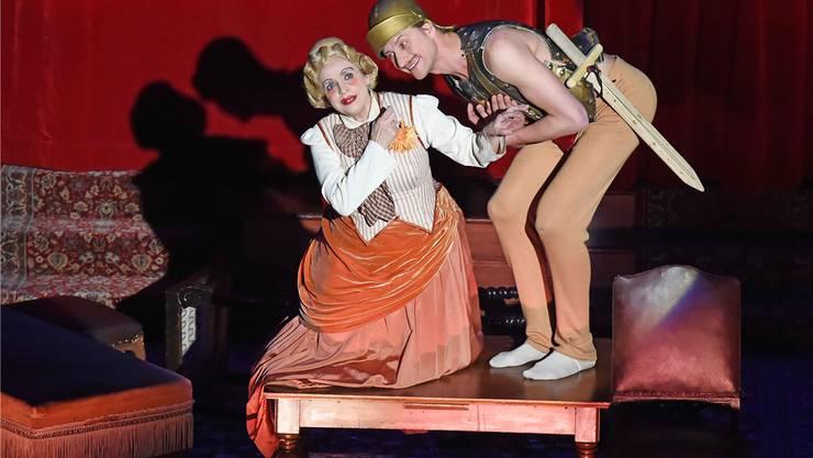 Katharina Thalbach (links) im Stadttheater Olten in der Rolle der Luise Striese.Remo Fröhlicher