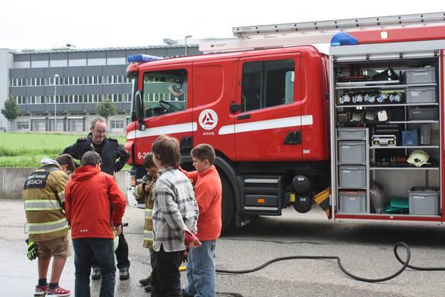 Der Anlass mit der Feuerwehr zusammen gehört dabei zu den Klassikern der Ferienpassangebote.