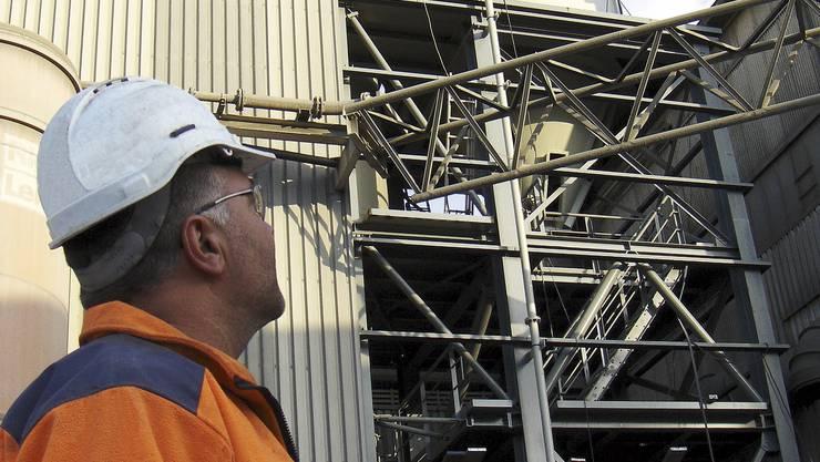 Zementwerk Siggenthal: Ein Mitarbeiter begutachtet die neue Dosiereinrichtung. (Holcim)