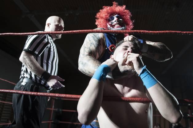 In insgesamt sieben Duellen oder Gruppenkämpfen lieferten die teilnehmenden Wrestler eine packende Show ab.