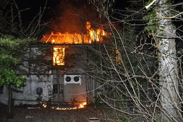 Die rund 30 Feuerwehrleute hatten das Feuer rasch unter Kontrolle