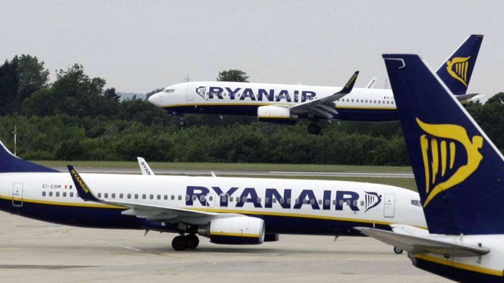 Die Billigfluggesellschaft Ryanair hat aufgrund der Zugeständnisse mit den Gewerkschaften einen Streik vor Weihnachten abgewendet. (Archivbild)