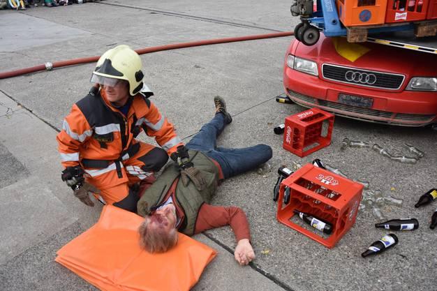 Der Verletzte wird sofort von einem Feuerwehrmann betreut