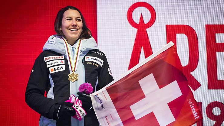 Wendy Holdener an der Medaillenzeremonie in Are mit Schweizer Fahne