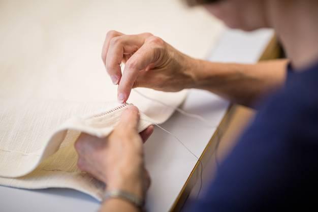 Die Gäste im Fahr wollen anonym bleiben – sie suchen im Kloster ja gerade die Ruhe. Kathrin arbeitet täglich in der Schneiderei, säumt beispielsweise ein Altartuch.