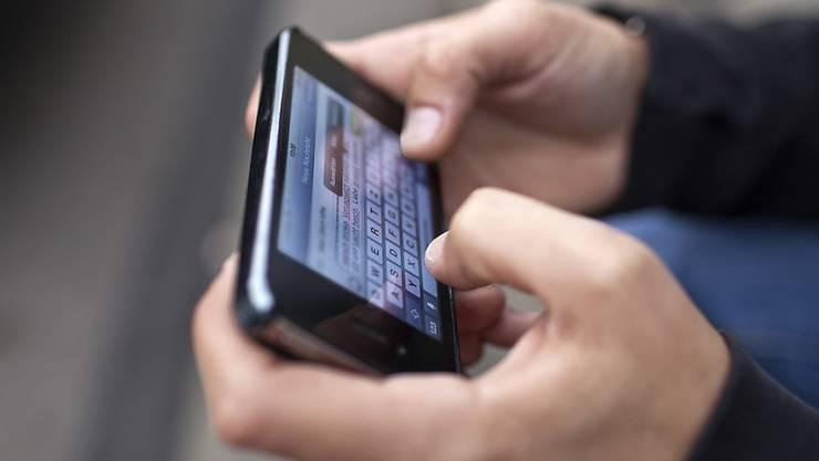 Vor dem tödlichen Unfall mit einem Roller hat ein in La Chaux-de-Fonds angeklagter Autofahrer Textnachrichten verschickt. (Symbolbild)
